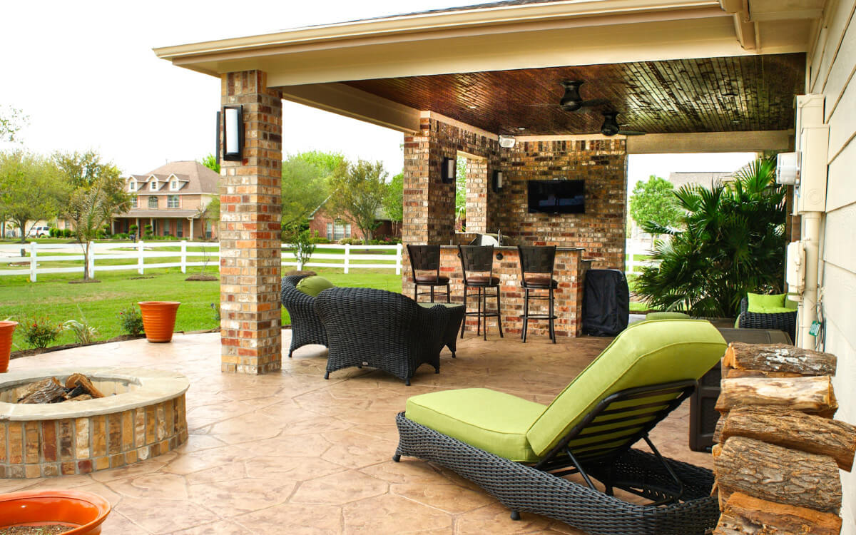 Patio cover outdoor kitchen in pearland estates texas for Outdoor kitchen and patio ideas
