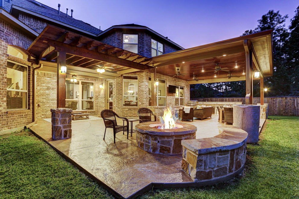 Outdoor living room and pergola wtih fire pit