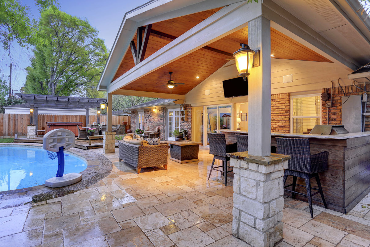 Outdoor living room in walnut bend area houston texas for Outside living